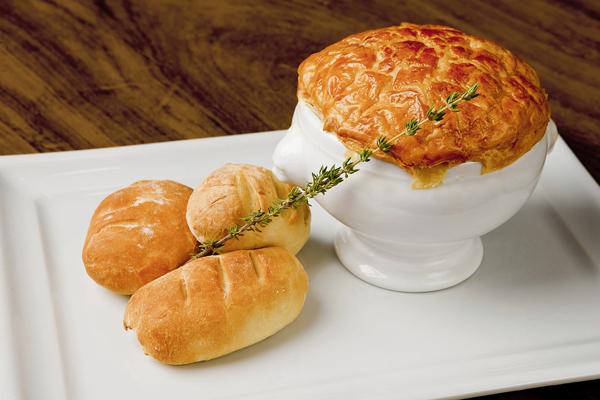 bourdain-sopa-de-cebola-caramelizada-e-bacon-com-cobertura-de-massa-folhada