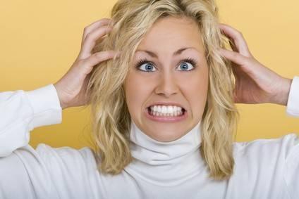 mulher arrancando os cabelos