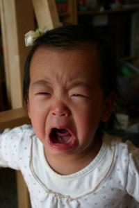 Bebê japa chorando magoada