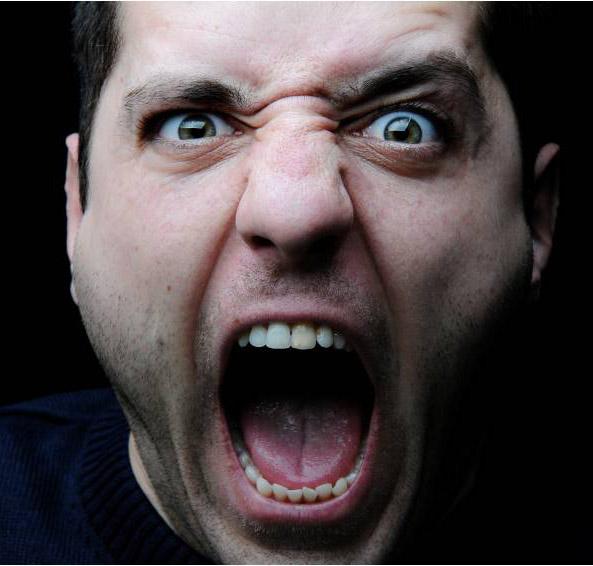 Homem brabo gritando
