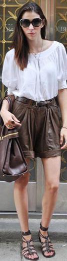 moda-shorts-couro-blusa-branca