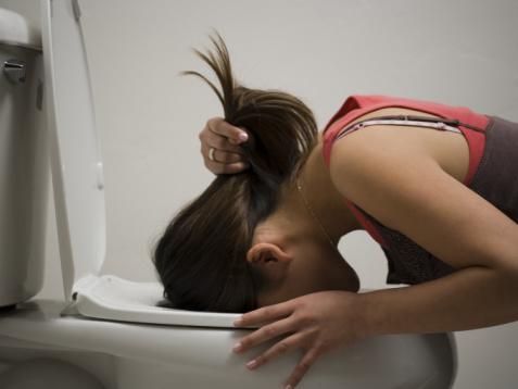 mulher vomitando