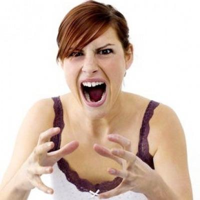 Mulher chocada estrangulando