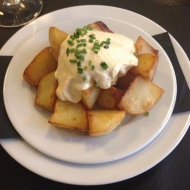 patatas-bravas-con-salsa-de-ajo-escalivada-la-generosa-eixample-514b1c5e54fdb.jpeg