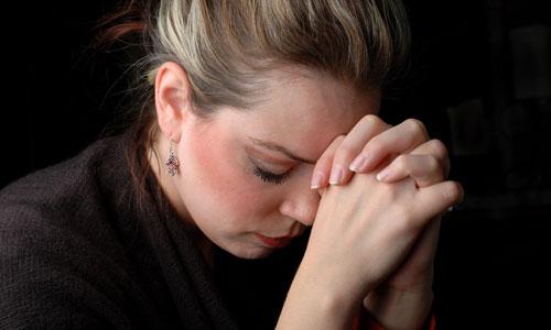 Mulher rezando loira