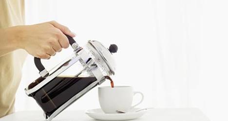 mulher-servindo-cafe