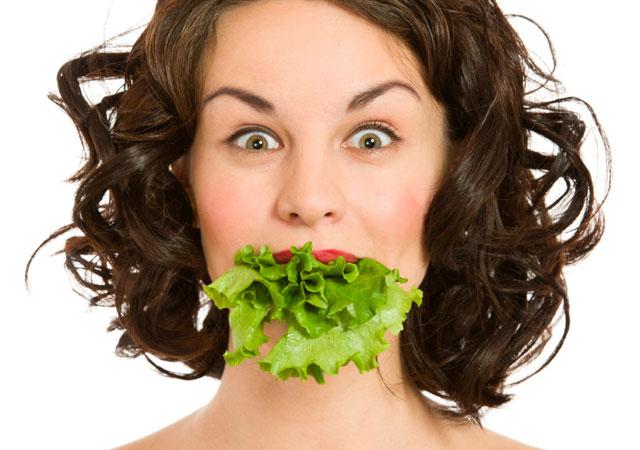 Mulher com alface na boca