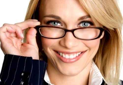 mulher-segurando-oculos