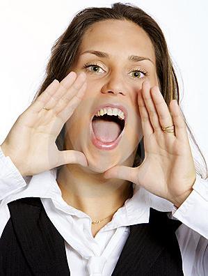 mulher-nova-gritando-feliz-thumb894324812