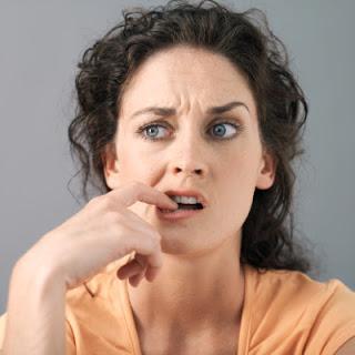 mujer-enojada-y-desconfiada