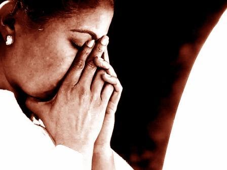mulher-rezando-sepia