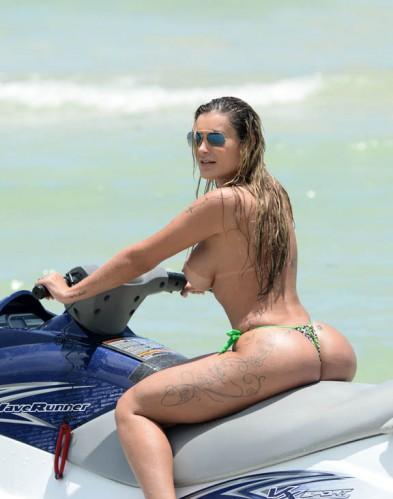 De topless, Andressa Urach anda de jet ski em Miami