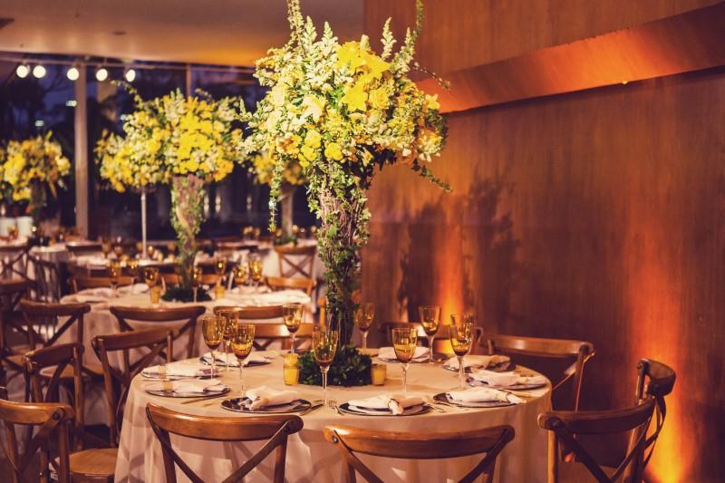 arranjo-de-mesa-alto-de-flores-amarelas-casamento-ilana-luiz-andre