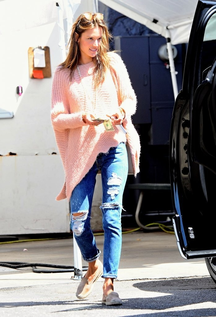 redone Alessandra+Ambrosio+Shops+Brentwood+Country+_0FUeNr5ekdx