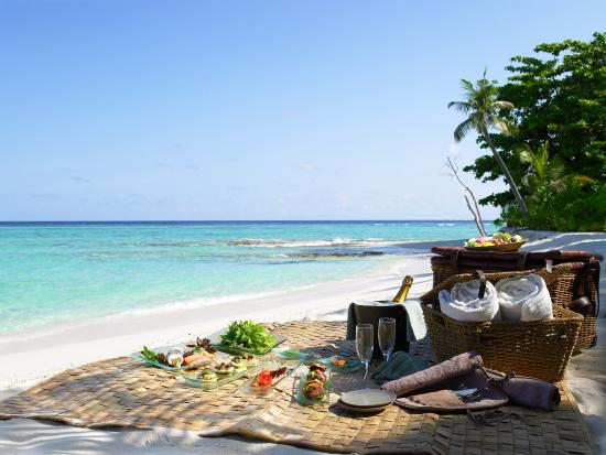 beach-picnic-at-soneva