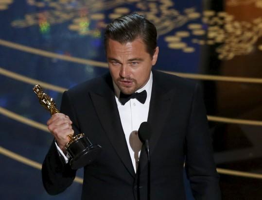Leonardo-DiCaprio-accepts-e1456723464406