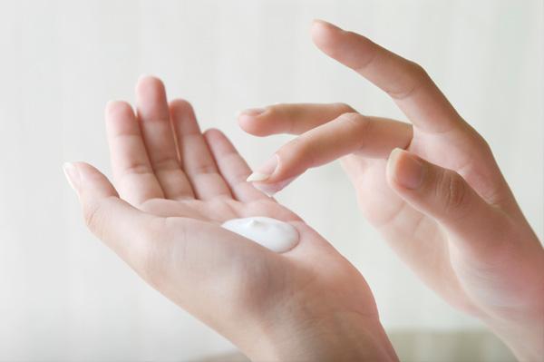 woman-applying-hand-lotion_cpbjc7