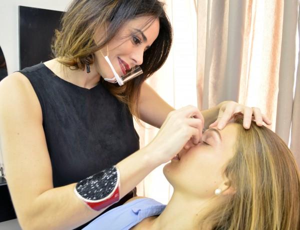 Além da micropigmentação, Kely depila sobrancelhas com pinças e adesivos | Foto: Carol Goyer