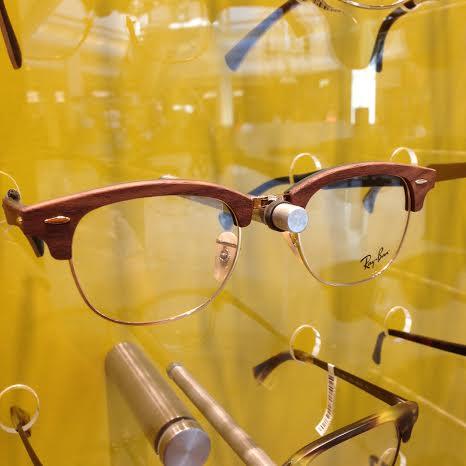 CLUBMASTER DE GRAU COM ARMAÇÃO DE MADEIRA Este modelo me chamou muito a  atenção pelo uso da madeira. Eu sou suspeita, pois tenho dois óculos com  armação de ... 885b9bd949
