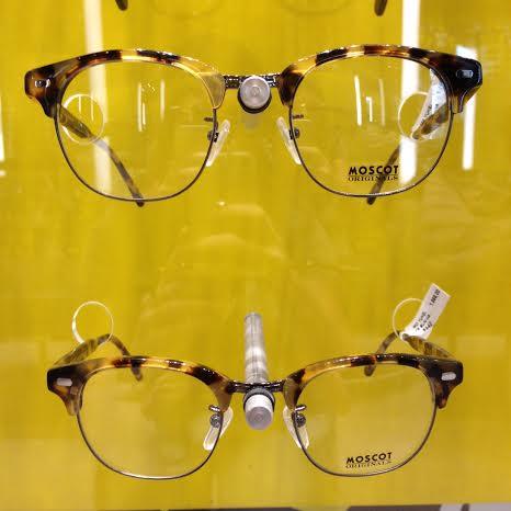 A influência do estilo clubmaster mais uma vez aparece aqui, agora para a  Moscot. Tartaruga é fortíssima tendência tanto em óculos de sol como em  óculos de ... 46cabaa578