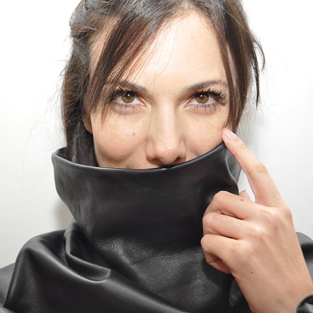 A designer Caroline Baum com uma peça da sua grife