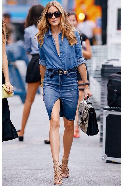 Saia jeans de cintura alta com camisa jeans substitui qualquer conjunto de alfaiataria. Boa ideia para quem trabalha em ambiente corporativo