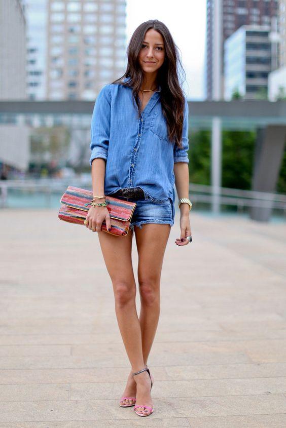 Look chic no verão? Basta uma sandália bacana e uma carteira de mão. O jeans logo perde a pegada muito esportiva