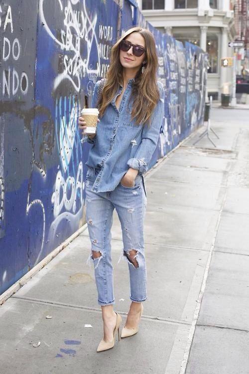 Nem com nó, nem por dentro da calça: camisa jeans por fora + scarpin também funciona muito bem