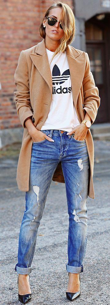 Com camiseta esportiva e casaco camel