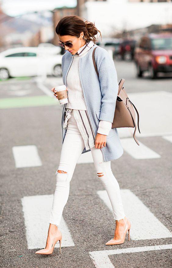 Jeans de lavagem mais clara cai bem com tons de sapato semelhante