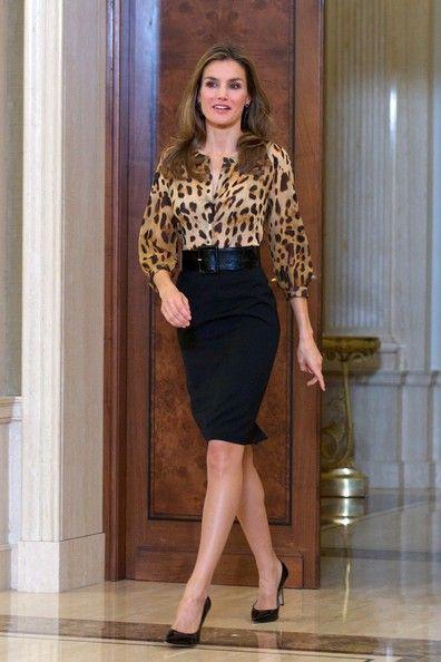 Letizia da Espanha com saia lápis de cintura alta e scarpin preto