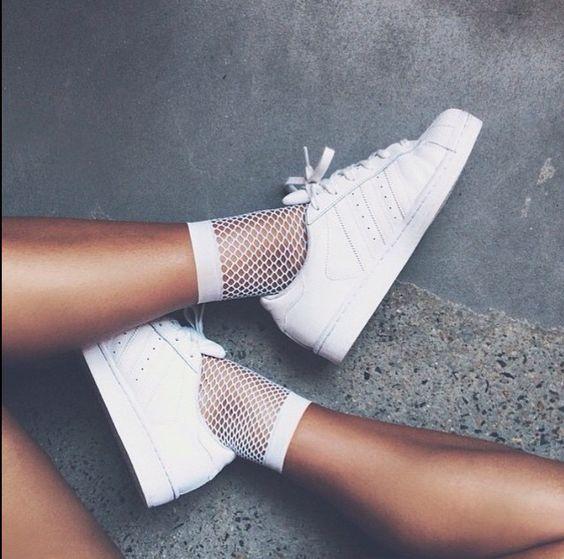 branca com tênis branco
