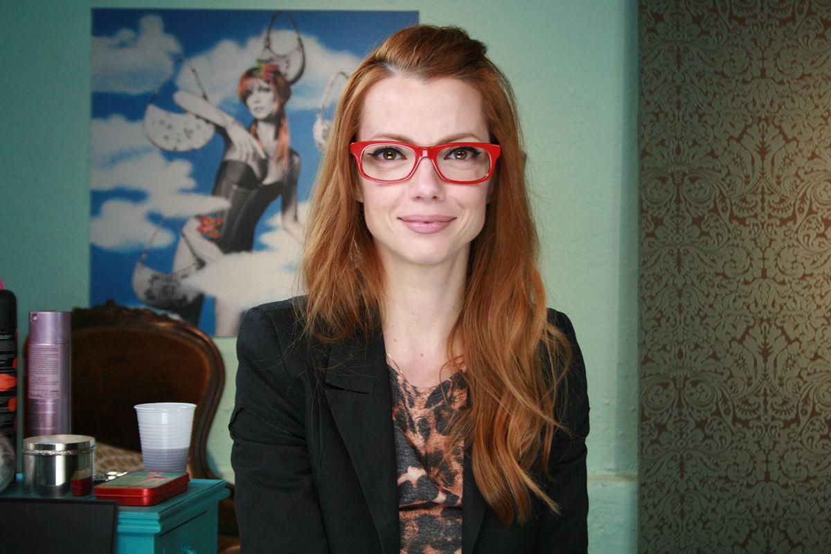 f88c2f48e2022 Quais cores de óculos combinam com seu cabelo  AMIGA MARI tem a ...