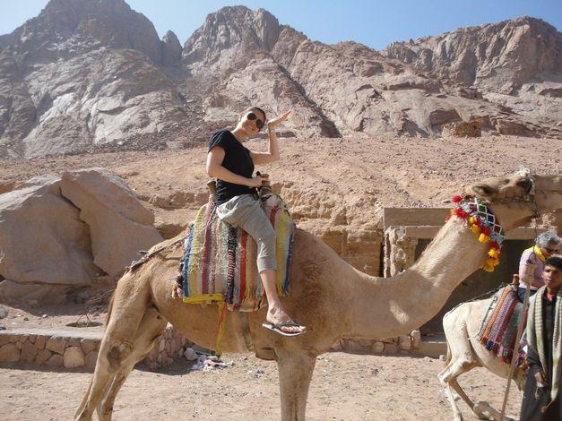 a-jornalista-e-escritora-andando-de-camelo