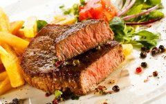 carnes-a-la-parrilla-papas-fritas-y-verduras-foto-de-archivo