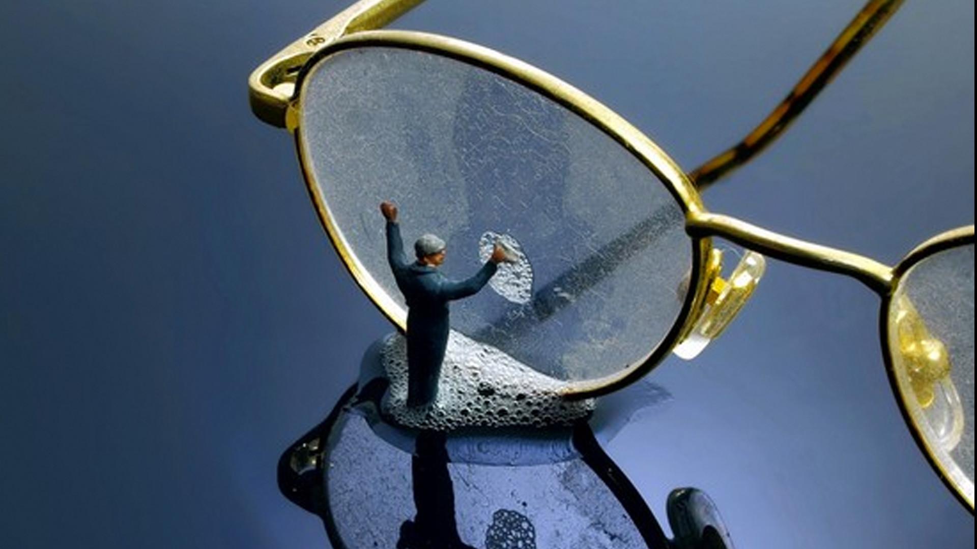Dicas preciosas de como lavar, secar e limpar (sem arranhar!) óculos ... e2a2e07295