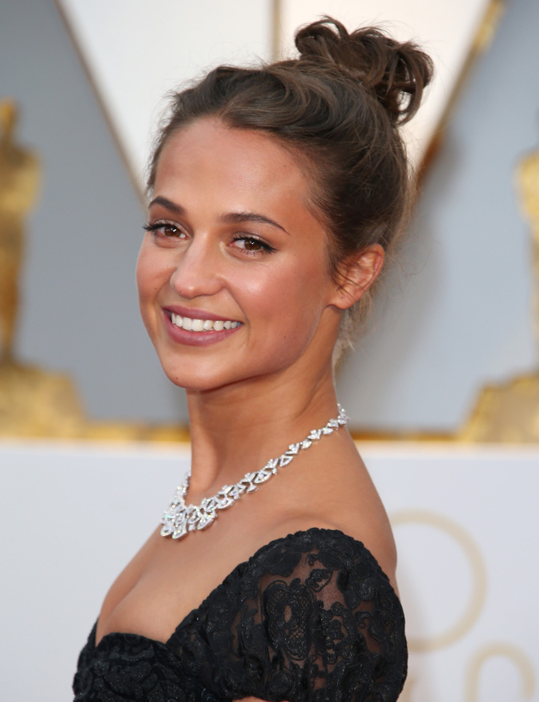 HOLLYWOOD, CA - FEBRUARY 26: Actress Alicia Vikander arrives at the 89th Annual Academy Awards at Hollywood & Highland Center on February 26, 2017 in Hollywood, California. (Photo by Dan MacMedan/Getty Images)