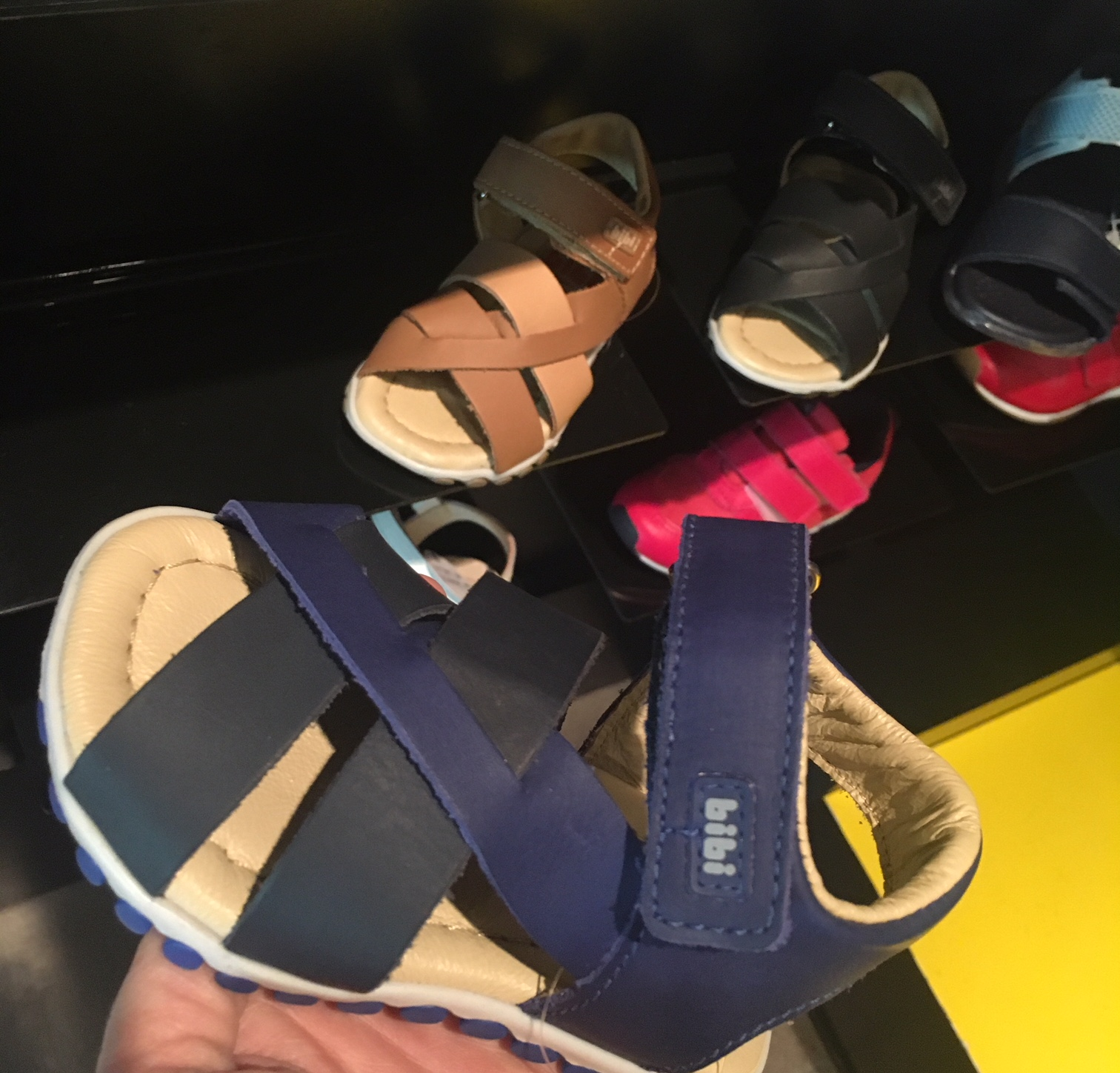 94f4c734e5d Férias de verão  Mari mostra os calçados que não podem faltar na ...