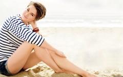 Shailene-Woodley-Hot-in-Beach-Wallpaper