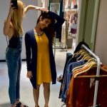 macacão jeans e vestido mostarda